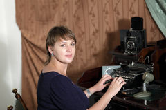 retro kvinna för maskinprinting Arkivbild