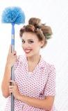 Retro kvinna med dammtrasan fotografering för bildbyråer