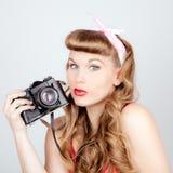 Retro kvinna med kameran Fotografering för Bildbyråer