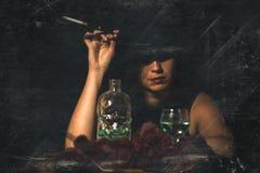 Retro kvinna med munstyckecigaretten och alkohol retro stil I Royaltyfria Bilder