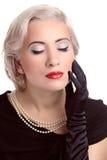 Retro kvinna med röda kanter och stil för blont hår som isoleras på vit Arkivbilder