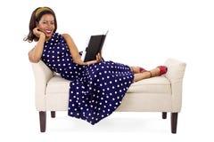 Retro kvinna som läser en bok royaltyfri fotografi