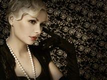 Retro kvinna. Stående av den härliga blondinen för mode. Tappning arkivfoton