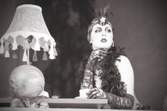 Retro kvinna20-tal - 30-tal som sitter med in en restaurang som rymmer a Arkivbilder