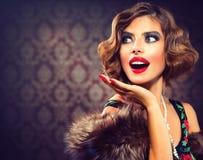Retro kvinnastående Fotografering för Bildbyråer