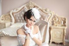 Retro kvinnastående Elegant brunettdam i hatt med hairstyl Arkivfoto