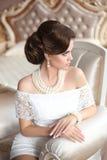 Retro kvinnastående för skönhet Elegant brunettdam med mode arkivbild