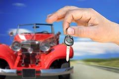 Retro l'automobile e la chiave Immagini Stock
