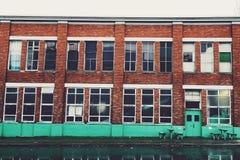 Retro lagerbyggnad på en regnig dag Arkivbilder