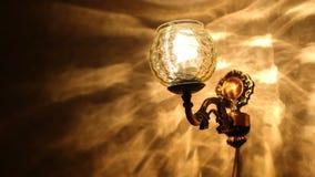 Retro lamp bij muur het aanzetten en weg, Decoratie in flat stock videobeelden