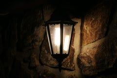 Retro lamp op steenmuur bij nacht Stock Foto's
