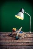 Retro lampa i książki w sala lekcyjnej zdjęcie stock