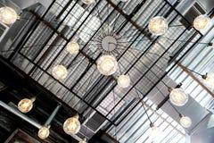 Retro lampada industriale della lampadina di giallo del soffitto immagini stock libere da diritti