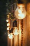 Retro- Lampe auf der hölzernen Wand Stockfotografie