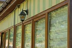 Retro lampion na barwionej ścianie z okno obraz stock
