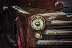 Retro lastbilcloseup med pannlampan Royaltyfria Bilder