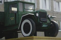 Retro lastbillastbil Grön färg, sid ner Förkroppsliga silveravgasrörröret, bilhjul royaltyfri fotografi