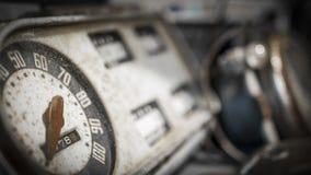Retro lastbilmåttklunga med hastighetsmätaren Arkivbild