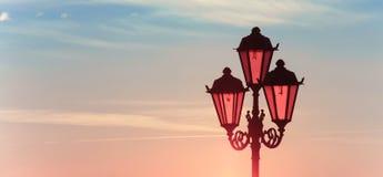 Retro latarnia uliczna na bulwarze rzeka fotografia royalty free