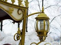 Retro- Laterne auf einem goldenen Wagen stockfotografie