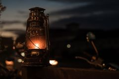 Retro- Laterne thailändisches lightlamp mit orange heißer Flamme lizenzfreie stockbilder