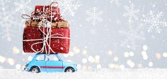 Retro leksakbil med julgåvor Royaltyfri Foto