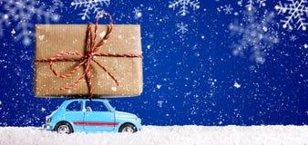 Retro leksakbil med julgåvor Royaltyfria Bilder