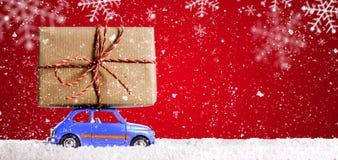 Retro leksakbil med julgåvor Fotografering för Bildbyråer