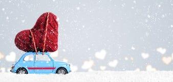 Retro leksakbil med valentinhjärta Royaltyfria Foton
