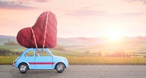 Retro leksakbil med valentinhjärta Arkivfoton