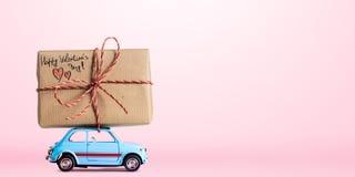 Retro leksakbil med valentinhjärta Arkivfoto
