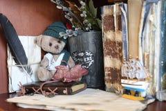 Retro leksakbjörn och gammal bok Arkivbild