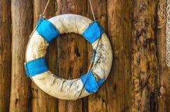 Retro lifebuoy w Greckich krajowych kolorach błękitnych i białym obwieszeniu o Zdjęcia Stock