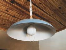 Retro lightshade, drewniany dach obraz stock