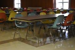 Retro lijst en stoelen in een cafetaria in een school stock afbeelding