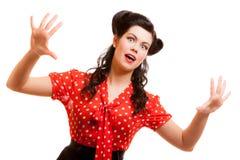 Retro livrädd kvinna för stående i rött isolerat skrika. Skräck. Arkivfoto