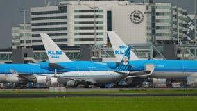 Retro- Livree mit einem Taxi fahrendes Boeing 737 KLMs stock video footage