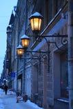 Retro ljus för gata som bränner på väggen av byggnaden Fotografering för Bildbyråer