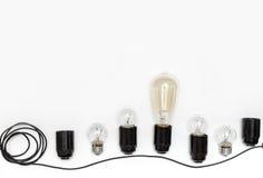 Retro ljus kula, kassetter och trådar för retro girlander på en isolerad vit bakgrund ovanför sikt Royaltyfri Fotografi