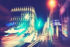Retro luci filtrate del traffico cittadino nel mosso Immagine Stock