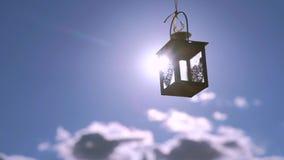 Retro lyktahjärta på solnedgångbakgrund arkivfilmer