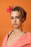 Retro- Mädchen im rosafarbenen Bademantel Stockfotos