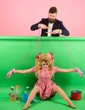 Retro- Mädchen und Meister an der Partei Feiertage und Puppe Herrschaft und Abhängigkeit hausfrau Kreative Idee Liebe weinlese lizenzfreie stockfotos