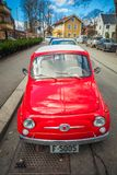 Retro mały czerwony Włoski samochodowy Fiat Nuova 500 przy ulicą Oslo Obrazy Royalty Free