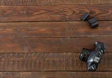 Retro macchina da presa con la borsa del film sulla tavola di legno scura Fotografia Stock