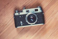 Retro macchina da presa di stile su un fondo di legno Fotografie Stock