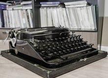 Retro macchina da scrivere dell'ufficio fotografie stock libere da diritti