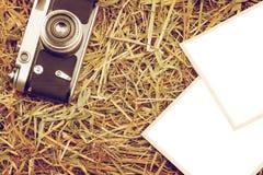 Retro macchina fotografica con due foto isolate in bianco Fotografia Stock Libera da Diritti