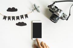 Retro macchina fotografica con il cellulare su fondo bianco Immagini Stock Libere da Diritti