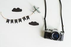 Retro macchina fotografica con il giocattolo dell'aeroplano su fondo bianco, conce di viaggio Fotografia Stock Libera da Diritti